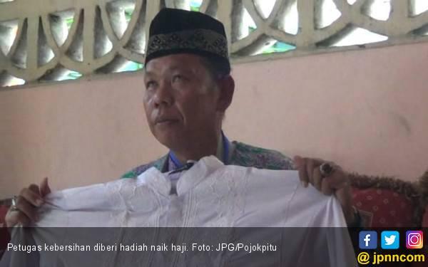 32 Tahun Mengabdi, Petugas Kebersihan Diberi Hadiah Naik Haji - JPNN.com
