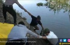Polisi Pikul Jenazah 2 Kilometer Menuju Ambulans - JPNN.com