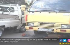 Coba Bunuh Diri, Pria Ini Nyelonong Masuk Kolong Truk - JPNN.com