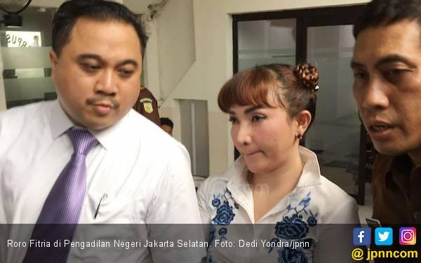 Nangis Usai Sidang, Roro Fitria: Saya Sudah Enggak Kuat - JPNN.com