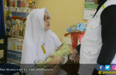 Bayi Malang Terbungkus Kain Batik, Tergeletak di Depan Rumah Warga - JPNN.com