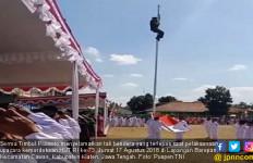 Aksi Heroik Babinsa Panjat Tiang Bendera Saat Upacara HUT RI - JPNN.com