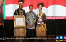 Paulus Waterpauw Berpakaian Adat Papua Saat Pamit dari Sumut - JPNN.com