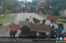 Warga Desa Seleman Blokir Jalan Tuntut Tersangka Dibebaskan - JPNN.com