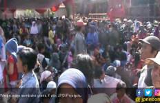 Ribuan Orang Berdesakan Rebutan Sembako Gratis - JPNN.com