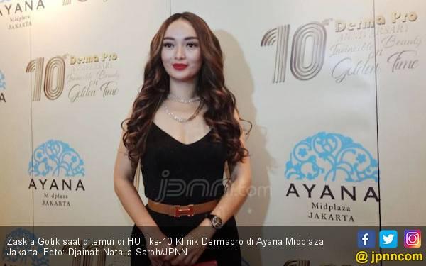 Zaskia Gotik Pengin Menikah Diam-diam - JPNN.com