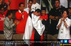 Medali Emas ke-29 Bikin Jokowi - Prabowo dalam Satu Pelukan - JPNN.com