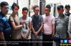 5 Waria Lagi Mangkal di Kafe Remang Diangkut Polisi - JPNN.com