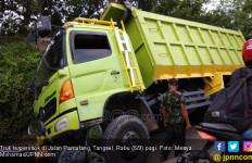 Truk Terperosok, Pamulang Macet Total - JPNN.com