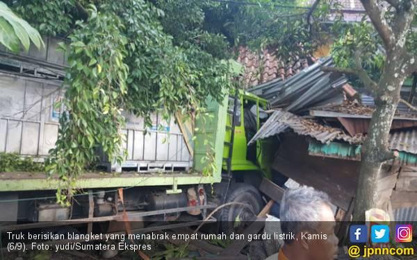 Sopir Mengantuk, Truk Seruduk Gardu dan Empat Unit Rumah - JPNN.com