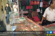 Hantam Etalase Pakai Linggis, Perampok Larikan 40 Gram Emas - JPNN.com