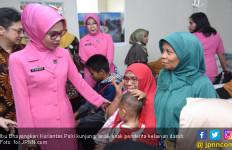Perayaan HKGB, Ibu Bhayangkari Kunjungi Penderita Talasemia - JPNN.com