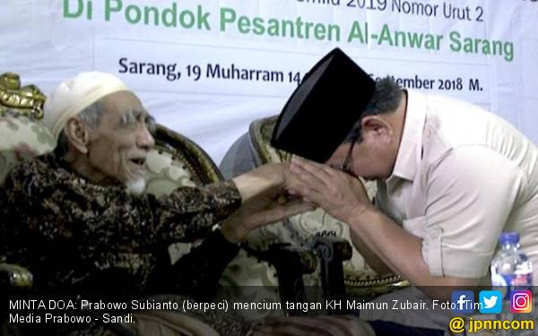 Respons Mbah Moen ketika Disowani Prabowo - JPNN.com