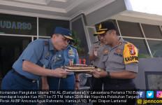 Danlantamal V Terima Kejutan Kue HUT Ke-73 TNI - JPNN.com
