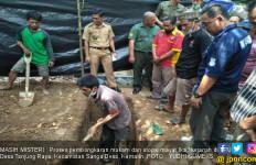 Makam Ika Nurjanah Dibongkar, Jasadnya Diautopsi Tim DVI - JPNN.com