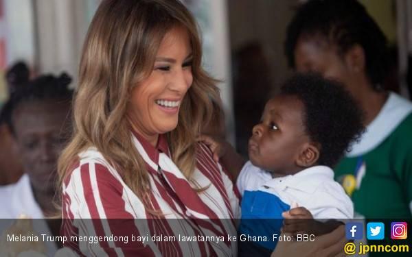 Gendong Bayi Ghana, Melania Panen Pujian - JPNN.com