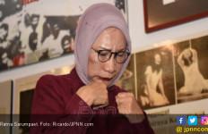 Ratna Sarumpaet Kena Tegur Hakim Lantaran Sibuk dengan Sesuatu di Dalam Tasnya - JPNN.com