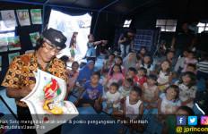 Di Depan Anak Pengungsi, Kak Seto Ubah Kertas jadi Payung - JPNN.com