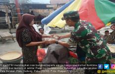Prajurit TNI Membagikan 3.000 Nasi Bungkus di Pasar Masomba - JPNN.com