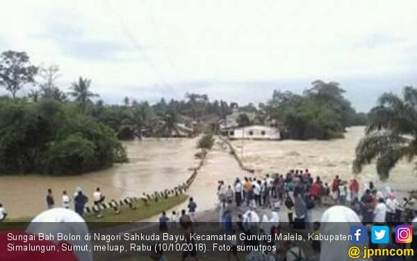 Sungai Bah Bolon Meluap, Pasutri Hanyut Bersama Rumahnya - JPNN.com