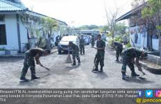 Personel TNI AL Bersihkan Puing-Puing di Kompleks Lanal Palu - JPNN.com