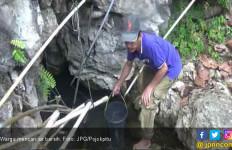 Warga Terpaksa Jalan Kaki Cari Sumber Air Bersih Baru - JPNN.com