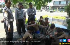 Diserang Anak Jalanan, Truk Trailer Alami Kecelakaan - JPNN.com