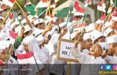 Santri Arak Bendera Raksasa - JPNN.com
