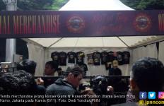 Kaus Guns N' Roses Laris Manis Diburu Penonton - JPNN.com