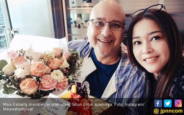 So Sweet, Irwan Mussry Masak untuk Maia Estianty - JPNN.com