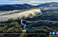 Youk Tanzil Buktikan Jalan Trans Papua Itu Ada, Bukan Hoaks! - JPNN.com