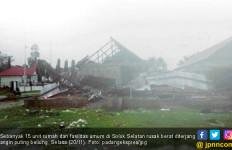 15 Rumah di Solsel Rusak Diterjang Angin Puting Beliung - JPNN.com