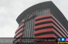 Hujan Disertai Angin Kencang, Logo KPK Rusak - JPNN.com