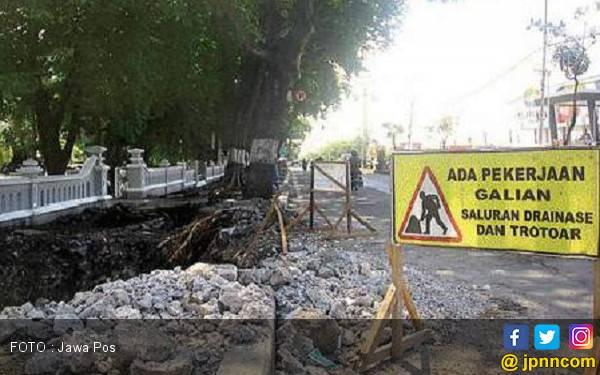 Cegah Banjir dengan Bongkar Saluran di Jalan Protokol - JPNN.com