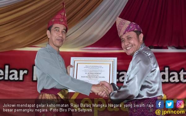 Presiden Jokowi dan Ibu Iriana Terima Gelar Adat Komering - JPNN.com