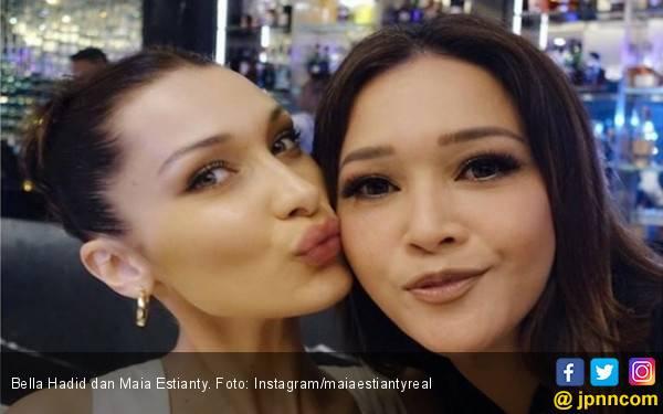 Kecupan Bella Hadid untuk Maia Estianty - JPNN.com