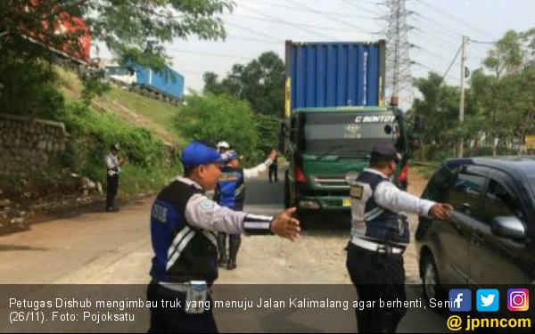 Dishub tak Segan Tilang Sopir Truk di Kalimalang - JPNN.com