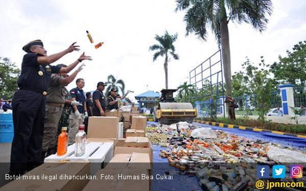 3 Ribu Botol Miras Sitaan Dituangkan ke Drum - JPNN.com