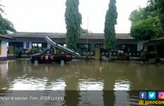 Tergenang Banjir, Sekolah Diliburkan - JPNN.com