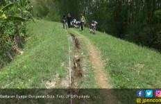 Tanggul Sungai Bengawan Solo Retak-Retak dan Longsor - JPNN.com