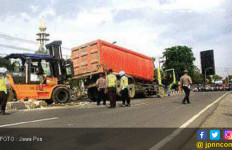 Jalan Raya Duduksampeyan Lumpuh Karena Sopir Ngantuk - JPNN.com