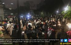 Gerbang Timur Monas Dibuka, Massa Masuk sambil Bertakbir - JPNN.com