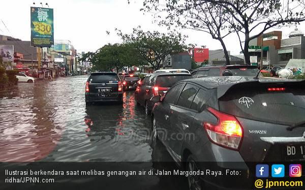 Berkendara di Genangan Air, Hindari Lakukan Ini! - JPNN.com