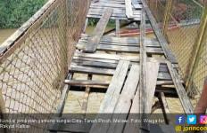 Jembatan Gantung Ini Sudah Parah, Mohon Perhatian - JPNN.com