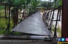 Jembatan Gantung Putus, 12 Warga Labuhanbatu Terseret Banjir - JPNN.com