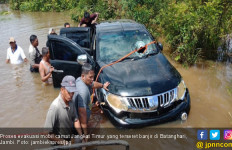 Evakuasi Mobdin Camat Terseret Banjir Habiskan Waktu 5 Jam - JPNN.com
