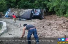 3 Kendaraan Tertimpa Material Longsor di Jembatan Siduadua - JPNN.com
