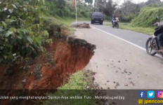 Ruas Jalan di Tapsel Amblas, Pengendara Diminta Agar Waspada - JPNN.com