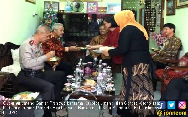 Ayu Banget, Muslimah Bantu Pendeta Sediakan Sajian Natal - JPNN.com