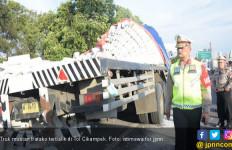 Truk Terguling di Tol Cikampek, Arus Lalu Lintas Tersendat - JPNN.com